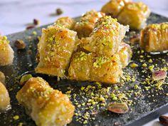 Ρολαριστός, τσαλακωμένος μπακλαβάς σε μπουκιές: Ελληνικό σιροπιαστό σαραγλί με καρύδι, αμύγδαλα ή φιστίκι Αιγίνης στην πιο λιχουδιαστή, τραγανή, γλυκιά εκδοχή. Chicken Wings, Meat, Food, Essen, Meals, Yemek, Eten, Buffalo Wings