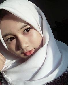 Beautiful Hijaber Makes Happiness - senyum si gadis