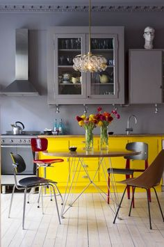 8 Dreamy spaces that will convince you neon colors are not too much - Daily Dream Decor Pantry Design, Kitchen Design, Colorful Decor, Colorful Interiors, Neon Home Decor, Interior Design Studio, Dream Decor, Kitchen Interior, Cool Kitchens