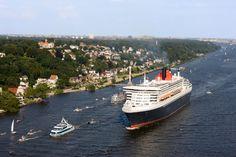 "Die ""Queen Mary 2"" vor Blankenese in Richtung Nordsee."