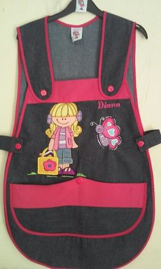 Modelo.Tirante Mezclilla obscura Bordado .Niña con bolsa Fajardo, Maria Jose, Apron, Jumper, Diy And Crafts, Preschool, Couture, Collection, Education