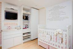 Esse quarto de bebê projetado pelas arquitetas Letícia Stelle e Roberta Lima destaca-se pela delicadeza e mistura de tons pasteis que dão charme e personalidade ao quarto. #formabella #formabellafloripa #quarto #quartodebebe #arquitetura #interiores @robertasilvalima