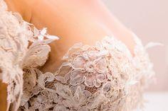 Ricos e delicados detalhes rendados. Vestido criado por Lourdinha Noyama Foto: Flavia e Murilo Medina