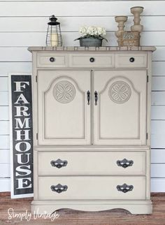 Blending Furniture Waxes For a Faded -Aged Look - This technique is so much easier than it sounds and it's by far one of my favorite things to do when refinishing furniture. It instantly adds depth and character to any piece while highlighting specific areas. #paintedfurniture #furnituremakeover #chalkpaint #dixiebelle #diy #farmhousedecor #homedecor #diyhomedecor