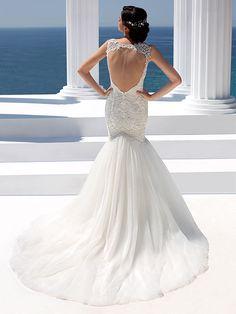 Brautkleid im Mermaid-Stil mit Spitzenapplikationen und raffinierter Rückenansicht. Fabric Covered Button, Covered Buttons, Designer Wedding Dresses, Wedding Gowns, Fishtail, Bodice, Tulle, Bridal, Fashion