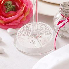 Dezent und elegant: Diese Tischkarte mit Schmetterlingsmotiv wird am Glas unten am Stiel befestigt und mit dem Gästenamen beschriftet...