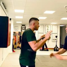 Self Defense Moves, Krav Maga Self Defense, Self Defense Martial Arts, Fight Techniques, Martial Arts Techniques, Self Defense Techniques, Martial Arts Workout, Martial Arts Training, Boxing Training