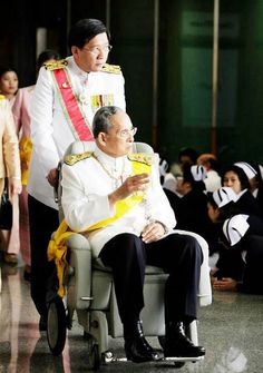 Thailand's King Bhumibol Adulyadej is 85 years old and has been reigning 67 years, the longest reigning current monarch in the world. He became king at age 18 after the assassination of his brother. King Phumipol, King Rama 9, King Of Kings, King Queen, King Thailand, Thailand Art, Royal Throne, Queen Sirikit, Bhumibol Adulyadej