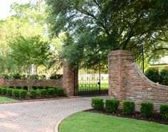 LOVE this driveway with brick entrance - Yahoo! Brick Columns Driveway, Driveway Entrance Landscaping, Stone Driveway, Driveway Design, Brick Fence, Shade Landscaping, Landscaping Ideas, Fence Design, Brick Wall