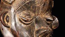 Rara maschera GELA. DAN/BASSA. Maschera rituale, indossata orizzontalmente su un paniere di rafia durante danze o culti familiari. La maschera incarna uno spirito maschile. Acconciatura Complessa, mento appuntito, rivolto verso l'alto. Cultura DAN/BASSA. LIBERIA. Materiali: legno duro a patina nera. Altezza: 25 cm. Provenienza: acquisita in Galleria a Dakar Senegal da antica collezione privata francese C.E.