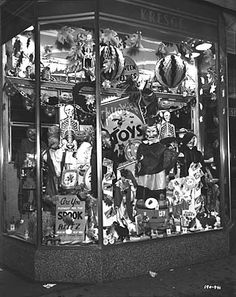 F.W. Woolworth Halloween display window, Baltimore, MD (1925). #vintage #Halloween #decorations
