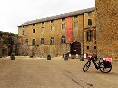 Juli-e-cycle le long de la voie verte Trans-Ardennes et Sedan, le château fort le plus grand d'Europe: Tour de France à vélo électrique !  #velo #bicyclette #veloelectrique #ebike #vae #tourdefrance #cyclingtour #cyclotourisme #RestartCycleTourism #champagneardennes #ardennes #TransArdennes #mezieres #CharlevilleMézières #sedan #juli_e_cycle #velafrica