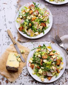 Crispy sourdough croutons, creamy blue cheese, punchy fennel and a zesty lemon dressing; the perfect combination of ingredients go into this salad recipe. Radish Recipes, Salad Recipes, Sin Gluten, Delicious Magazine Recipes, Blue Cheese Recipes, Blue Cheese Salad, Radish Salad, Salad Sauce, Taco