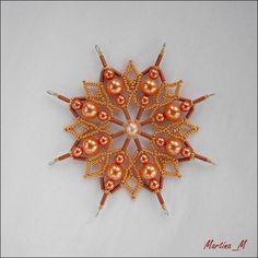 Vánoční hvězda 2015_35 Vánoční hvězdička střední velikosti z plastových a skleněných korálků a perliček v kombinaci měděné oranžové a zlaté. Průměr cca 10,5 cm, díky koncovým očkům lze zavěsit na háček. Pouze 1 ks - originál.