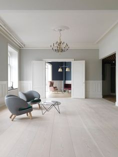 Stunning wooden floor in a minimalistic decorated living room with a sophisticated look.