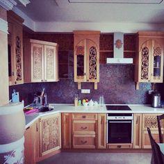 Мебельное ателье FEELWOODS.  Кухня из массива дуба, ручная резьба по дереву выполнена по индивидуальному дизайну в древнерусском стиле.