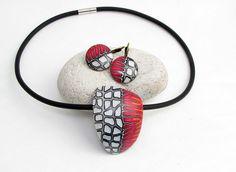 Schwarz und rote Halskette Statment aus Polymer von polymerdesign