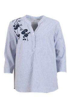 Fin og lækker shirt med broderi fra Ofelia. Broderier på tøj er noget af det helt nye inden for trends. Smart til både jeans og nederdel.