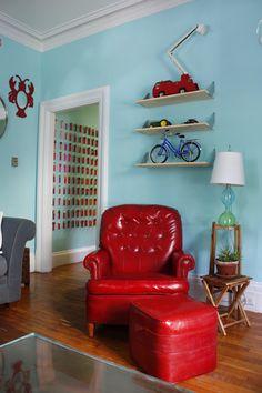 Ook hier ... houten vloer combineert mooi met dit soort blauwe muur