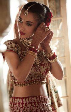Amy Jackson looking stunning as an Indian bride in Bollywood movie Deepika Padukone, Bollywood Fashion, Bollywood Style, Bollywood Actress, Indian Bridal, Indian Dresses, Indian Wear, Asian Fashion, Salwar Kameez