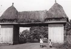 Porte d'entrée de la ville de Foumban, vue de l'extérieur (palissade en bambou) / non identifié (1930/1940)