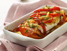Ingredienser500 g torskefilet eller anden fast hvid fisk1 tsk salt2½ fed hvidløg2 løg2 røde peberfrugter1 spsk raps- eller olivenolie1 kg kartofler½ kg tomaterpeber2½ dl madlavningsfløde 18%Tilberedning Kog kartoflerne. Drys fisken med salt, og lad den trække med saltet, mens du gør de øvrige ingredienser klar. Hak hvidløgsfed og skær løg og peberfrugter i strimler. Svits… Læs mere »