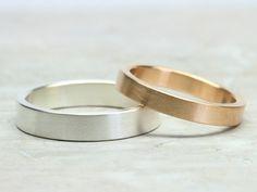Gegensätze ziehen sich an... ... und dieser hier ist auch noch sehr schön.  Der 3mm breite Damenring ist aus 585 Roségold gefertigt, der Herrenring ist 4mm breit und aus 925 Silber.  Diese...