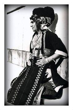 Αλεξάνδρεια Ημαθίας (Γιδάς) - Μακεδονία  Γυναίκα που φορά την νυφική ενδυμασία του Γιδά, Ημαθία, φωτογραφημένη από την Νέλλη Σουγιουλτζόγλου (Nelly's), στο Παναθηναϊκό Στάδιο, (1930)