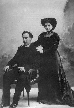 Leonor Izquierdo fue la primer esposa de Antonio Machado de 1909-1912. leonor se murio en 1912 por resultado de tuberculosis. Despues de la muerte de Leonor Machado fue por un fase de derpresion que se ven en su poemas.