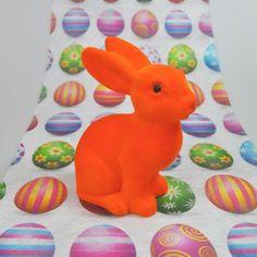 De la couleur et de la douceur pour votre table de pâques !   Vendu à l 'unité ce grand lapin flocké sera l'allié incontournable pour votre décoration de pâques.Peut également servir en cadeau lors de la chasse aux œufs.