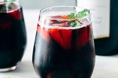 El tinto de verano es un cóctel sumamente delicioso y la vez refrescante, y esto gracias a las burbujas que le proporciona el refresco de limón o la soda Wine Drinks, Cocktail Drinks, Cocktail Recipes, Alcoholic Drinks, Easy Drink Recipes, Drinks Alcohol Recipes, Wine Recipes, Tapas, Fast Dinners