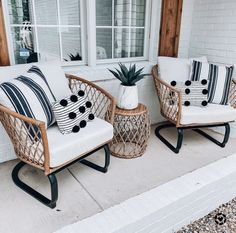 Love the black and white and neutrals Front Porch Chairs, Front Porch Furniture, Outdoor Spaces, Outdoor Living, Patio Interior, Home Decor Inspiration, My Dream Home, Sweet Home, New Homes