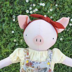Quantas curtidas essa princesa merece? 🐷💛🌼 . . . . . #handmadedoll #ragdoll #heirloomdolls #nurserydecor #pigdoll #pig #cochon #poupeeentissu #poupees #faitmain #handmade #softtoy #feitoamao #artesanato #bobecadepano #babygirl #momtobe #instababy #dodolafaitmain Nursery Decor, Dolls, Christmas Ornaments, Holiday Decor, Handmade, Baby Dolls, Craft, Dressmaking, Atelier