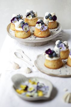 Lemon, blueberry and almond cakes topped with luscious lemon curd, fresh blueberries, lemon meringue kisses and beautiful edible blooms. Banana Recipes, Almond Recipes, Cake Recipes, Dessert Recipes, Vegan Recipes, Bite Size Desserts, Mini Desserts, Health Desserts, Almond Tea