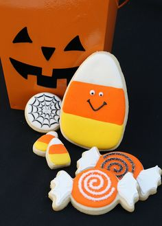 Well, aren't these just too cute! Halloween cookies Repinned By: #TheCookieCutterCompany