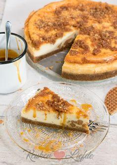 Stroopwafelcheesecake met karamelsaus Sweet Recipes, Cake Recipes, Surprise Recipe, Something Sweet, Just Desserts, Love Food, Healthy Snacks, Sweet Treats, Foodies