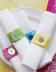 Bandana crafts - lots of cute ideas whether or not you use bandanas. I especially like these mix-and-match napkin rings. Button Art, Button Crafts, Button Hole, Bandana Crafts, Bandana Ideas, Bandana Colors, Craft Projects, Sewing Projects, Craft Ideas