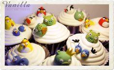Angry Birds Cupcakes, Yabanmersinli Cupcake'ler üzerine Vanilyalı Buttercream ile...