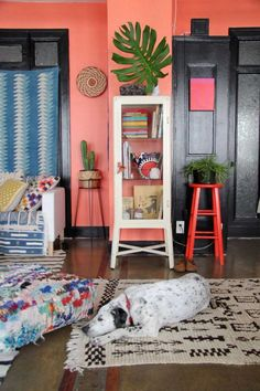couleur mur / coral wall in a cool living room space Peach Walls, Pink Walls, Bright Walls, Coral Walls Bedroom, Diy Wanddekorationen, Deco Boheme Chic, Estilo Tropical, Sweet Home, Color Of The Year