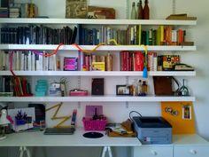 Desk & Book shelves - Estanterías con libros & escritorio. Colores cromaticos.