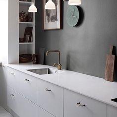 Kjøkkeninspirasjon! Enkelt og lekkert. Kjøkkenmodell tilsvarende Sigdal Uno. Benkeplater i 12 mm ko - studiosigdal_fredrikstad Interior Design Kitchen, Decor, Interior Design, Kitchen, Home, Interior, Kitchen Design, Cool Kitchens, Home Decor