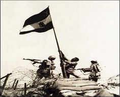 Egyptian soldiers rising the Egyptian flag in sinai during the Yom Kippur War Egyptian Flag, October War, Tank Warfare, Arms Race, Yom Kippur, Armored Fighting Vehicle, Old Paintings, Modern Warfare, Logo Images