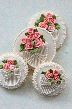 Delicate royal icing of baskets and roses gives these simple round cookies a real feel of luxury to a kids vintage tea party. Rose Cookies, Fancy Cookies, Flower Cookies, Iced Cookies, Cookies Et Biscuits, Cupcake Cookies, Sugar Cookies, Elegant Cookies, Cookie Bouquet