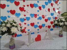 Cortina de corações  Materiais:  cartolina linha de costura molde de coração (do formato de você quiser)