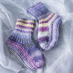 Hé ! J'ai fait des chaussettes, et le tuto est sur le blog ! #tricot #wool #knit #ididitmyself #DIY #socks #knitstagram Knitted Slippers, Wool Socks, Knitting Wool, Knitting Socks, Booties Crochet, Knit Crochet, Crochet Baby Dress Pattern, Knitting Machine Patterns, Wool Art