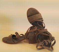 Sandalo alla schiava in camoscio tortora