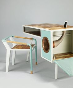 Jina U est une jeune designer qui vit et travaille à Séoul en Corée du sud. Nous lui devons ce bureau et cette chaise baptisés « Soundbox table and seat ».  Fait de bois d'acacia, de cuivre et d'acier, ce bureau au design rétro intègre en son sein un pavillon musical en cuivre qui sert d'amplificateur naturel pour tous types de smatphones.