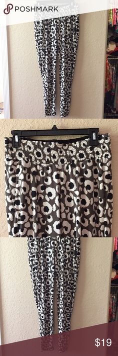 EUC H&M MAMA Maternity dress pants size S EUC H&M MAMA Maternity dress pants size S. Only worn once. Item comes from a pet free and smoke free home. Item does not have any tears, smells, rips, holes or stains. No trades. No dealing outside of Poshmark. Thanks for shopping with us! H&M Pants
