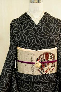 アッシュブラックと白のモノトーンで織り出された大きな麻の葉模様がスタイリッシュなウールの単着物です。