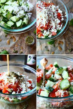 Para fazer essa salada é necessário apenas uma cebola picada, uns ou dois tomates picados, um pepino picado e pedaço de queijo feta amassadinho (pode ser substituído por queijo minas ou ricota).